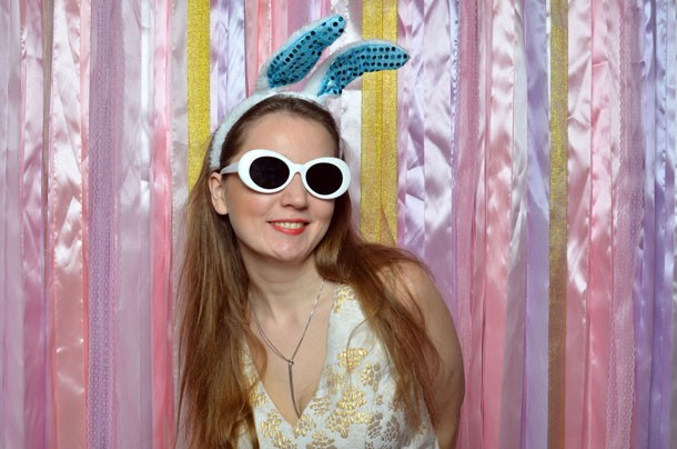 Девушка на ярком фоне в белых очках с ушками